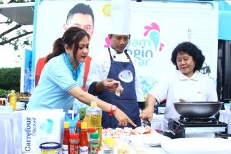 ibu-sri-mukartini-bersama-chef-iyan-sedang-mengolah-ayam-dingin-segar