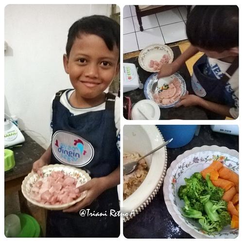 Kecil-kecil belajar masak makanan favorit sendiri.
